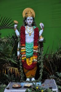 Dhanvantari Arzt der Götter und Überlieferer des Ayurveda Dhanvantari-at-Ayurveda-expo Von HPNadig - Eigenes Werk, CC BY-SA 3.0, https://commons.wikimedia.org/w/index.php?curid=12401996